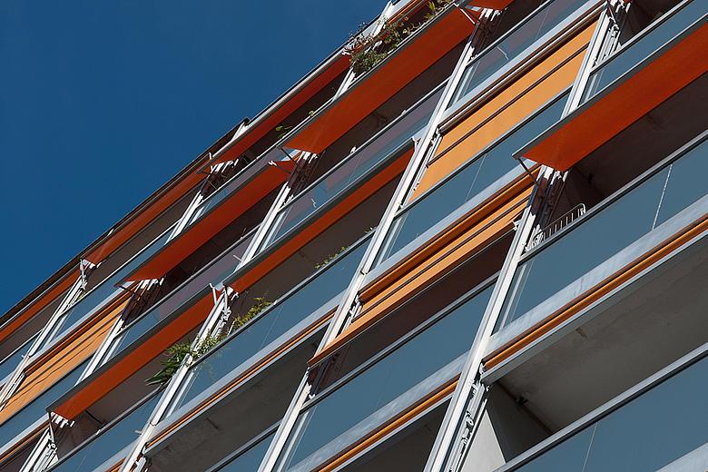 VISOMBRA FS6000-R / -E moderne Fassadenmarkise mit windgesicherten Ausstellarmen
