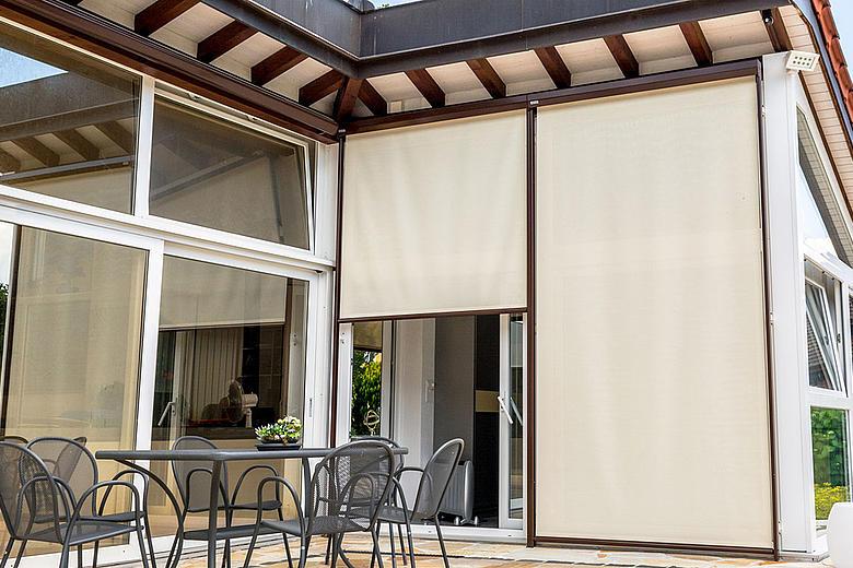 VERTICAL-LIGHT VS4300-R / -E Senkrechtmarkise für mittelgroße bis große Fensterflächen mit selbsttragendem Schutzkasten und Führungsschienen