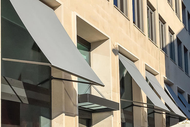 Metro S3110 Fassadenmarkise mit seitlichen Aluminium-Fallarmen für optmialen Sonnenschutz und Tageslichtnutzung